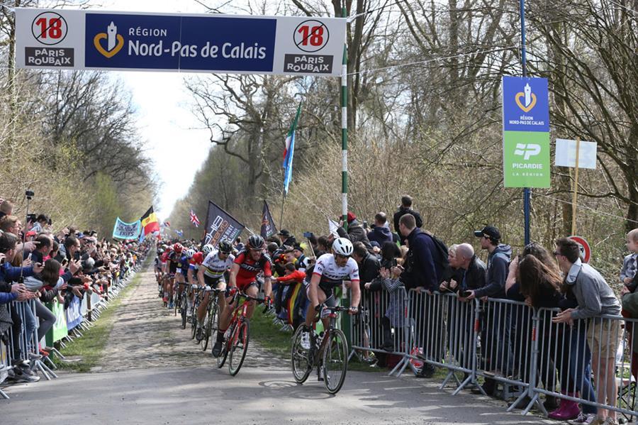 Paris Roubaix 2016 - 10/04/2016 - Compiègne / Roubaix (257,5 km) - Fabian Cancellara, Trek-Segafredo, en tête des coureurs à la sortie du secteur 18, la Trouée d'Arenberg